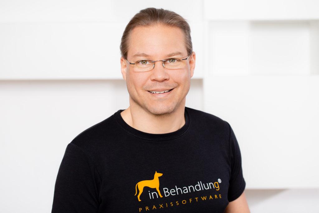 Jonas Sextl, Geschäftsführer, inBehandlung